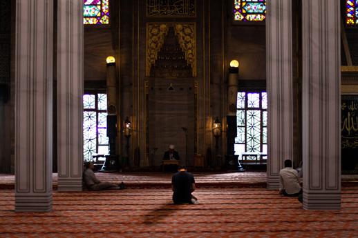 man-in-the-masjid-reciting-Quran-i'tikaf