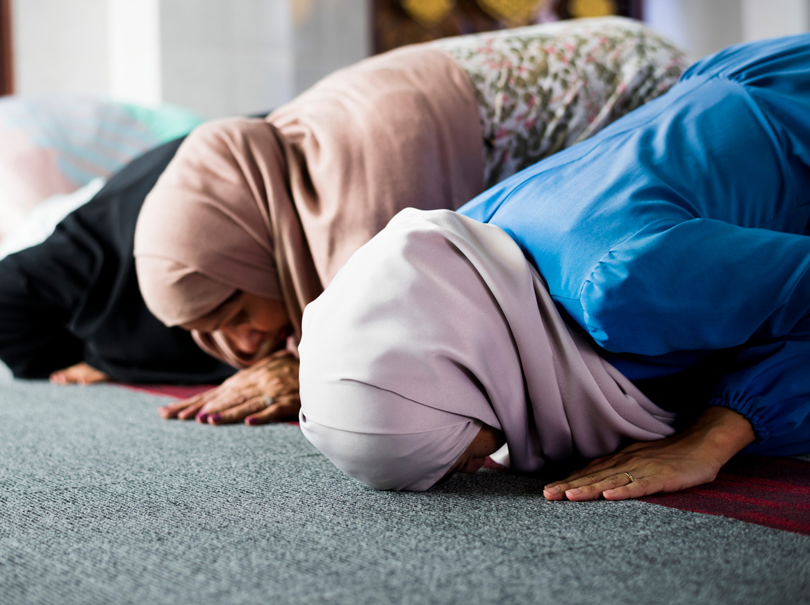 women praying salah